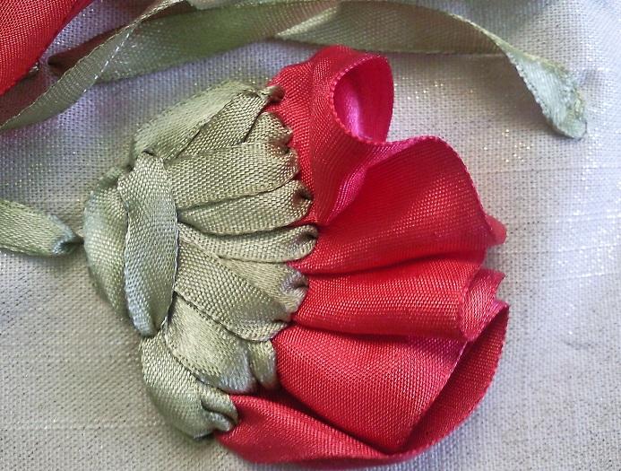 Мак и листья вышивка лентами