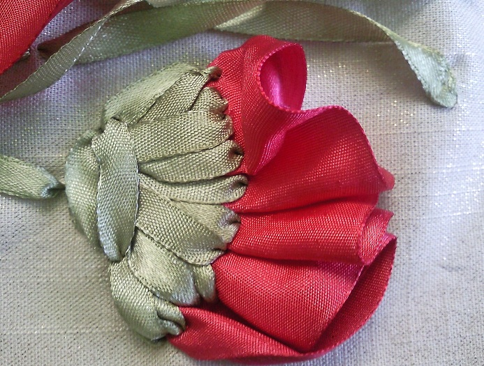 Вышивка лентами листья у мака