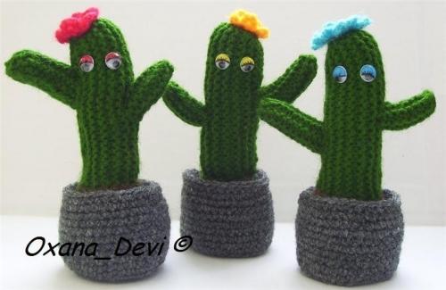 Три вязаных кактуса в горшках