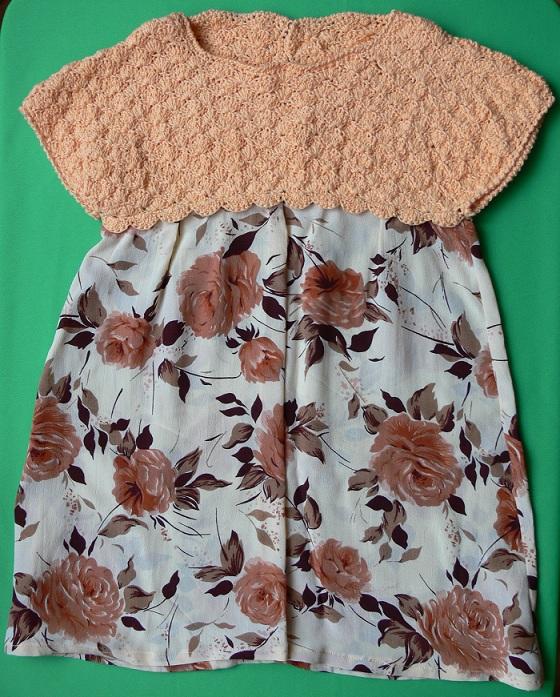 Платье с вязаной кокеткой и тканей