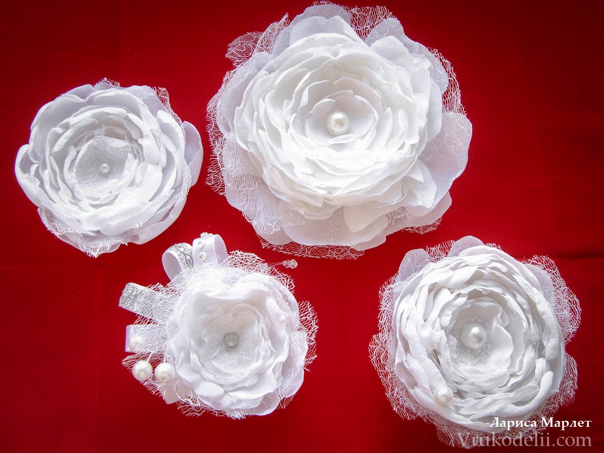 Белые цветы из ткани