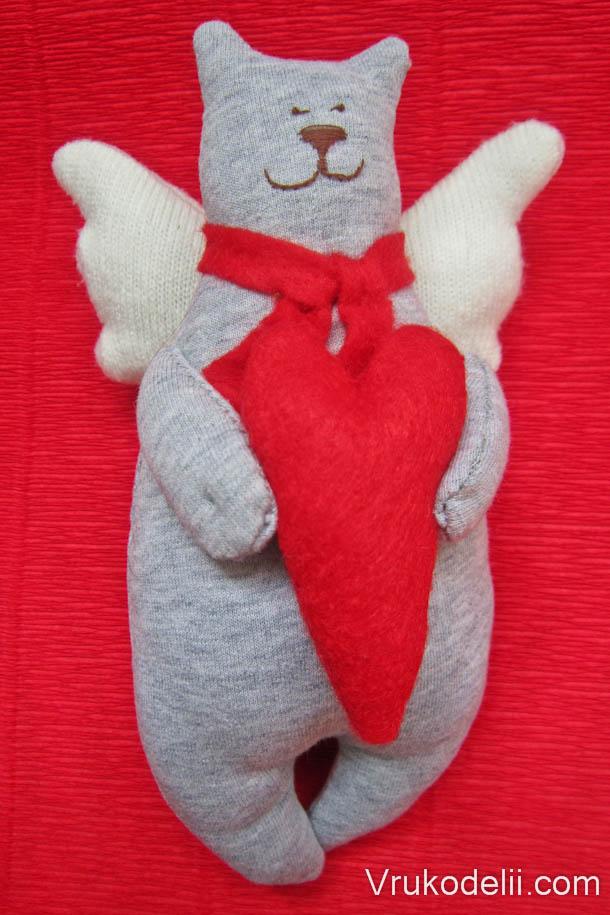 Кот с сердцем игрушка