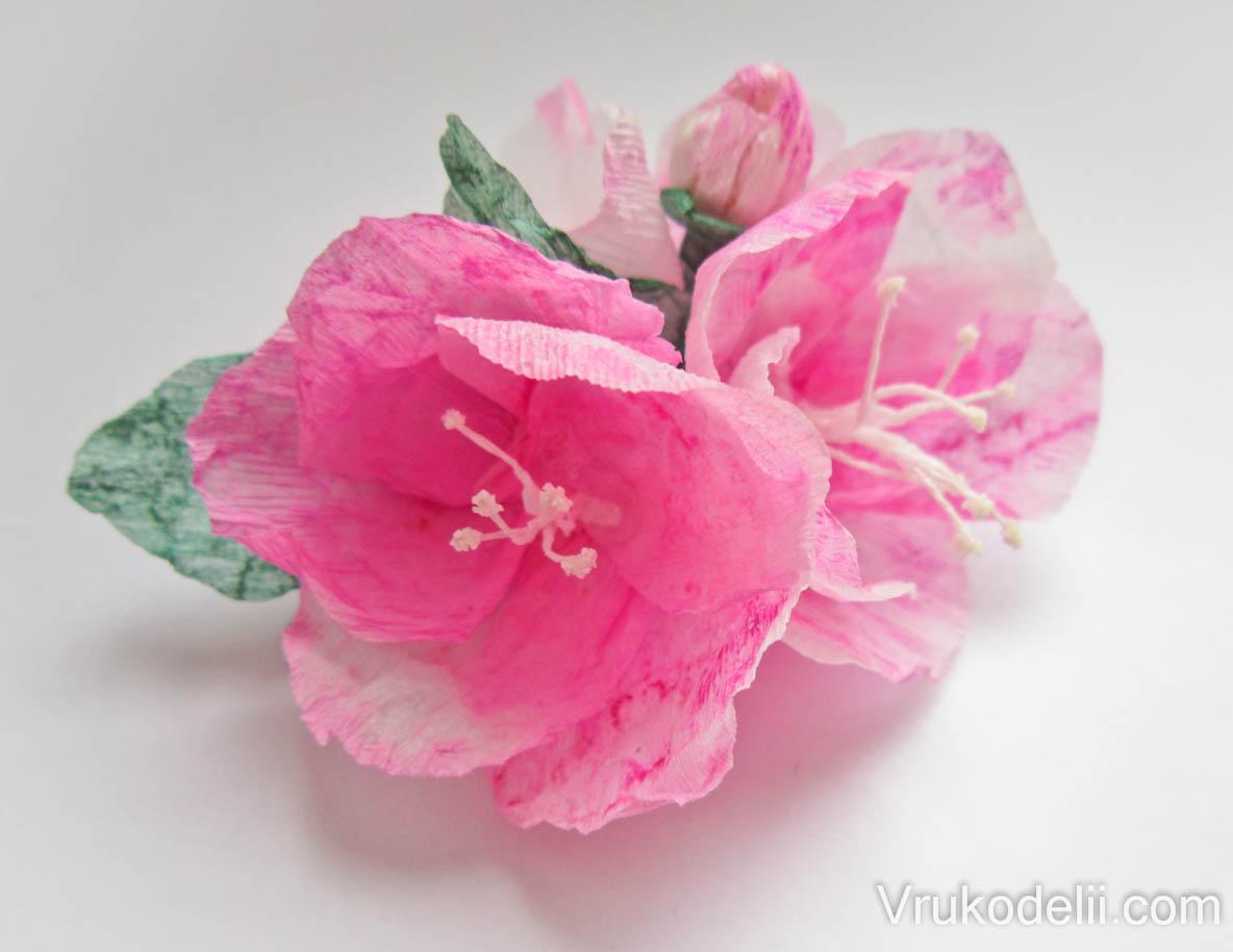 Красивые цветы из крепированной бумаги своими руками фото 129