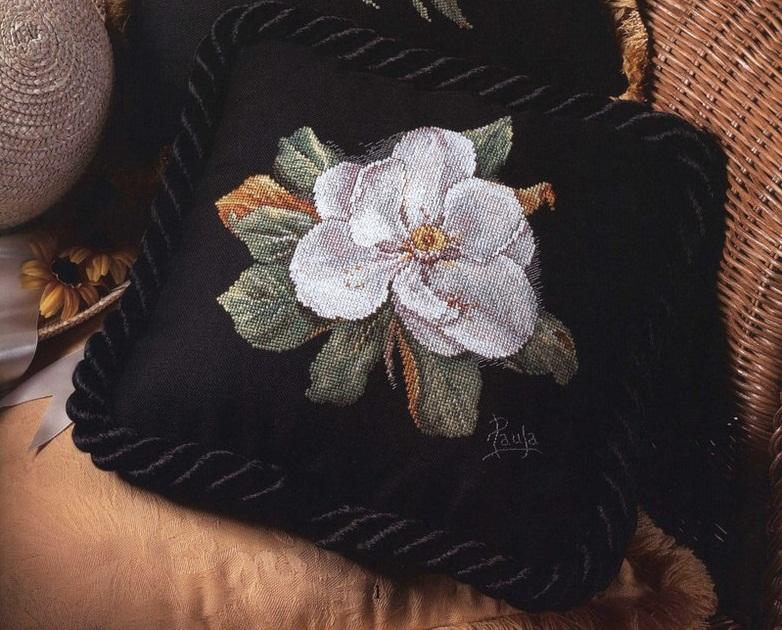 Красивая вышивка на подушке 772